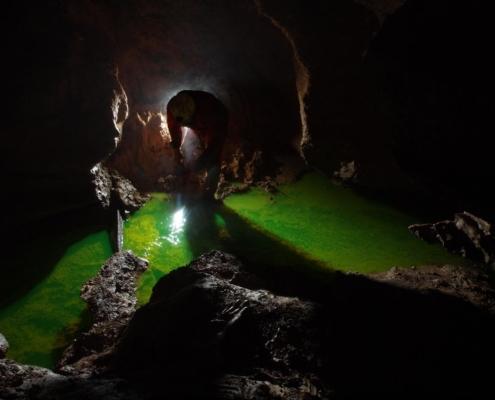 Injectrion d'un traçeur fluorescent dans un affluent de la rivière souterraine des Vitarelles