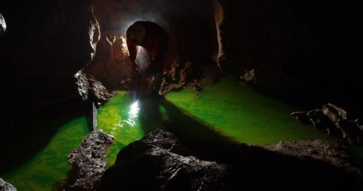 Injection d'un traçeur fluorescent dans un affluent de la rivière souterraine des Vitarelles